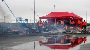 En grève, les dockers français ont bloqué, lundi 13 janvier, l'accès au port de Saint-Nazaire. Une nouvelle opération «ports morts» est prévue ce mardi.