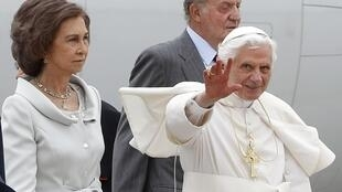 Папа Римский в сопровождении короля Испании Хуана Карлоса и королевы Софии