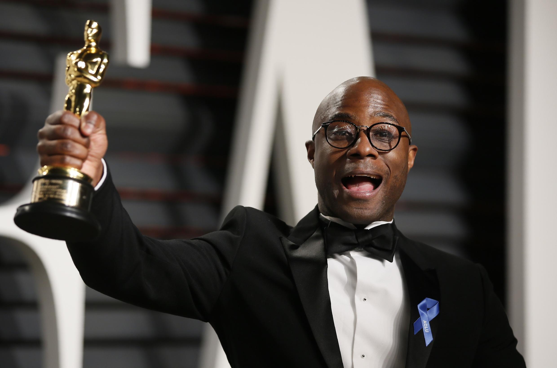 """O diretor de """"Moonlight"""" Barry Jenkins celebra o Oscar de melhor filme."""