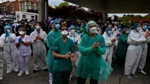 Leganès, près de Madrid, le 10 avril 2020: les personnels soignants de l'hôpital Severo Ochoa de la ville rendent hommage à l'un des leurs, Esteban, décédé du coronavirus.