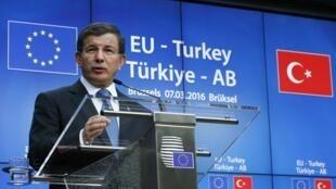 Le Premier ministre turc Ahmet Davutoglu lors d'une conférence de presse à la clôture de la rencontre avec l'Union européenne à Bruxelles.