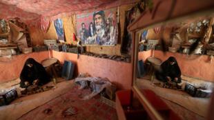 En la ciudad de Kerbala, una mujer moldea una 'turba', símbolo chiita, con arcilla.