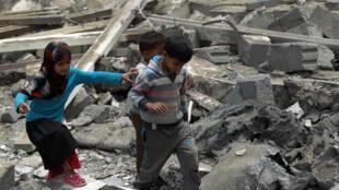 Niños caminando en las ruinas de un inmueble en Sana, el 14 de agosto de 2016.