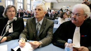 Serge Biechlin (c), l'ancien directeur de l'usine AZF et son avocat Me Daniel Soulez-Lariviere (d), dans la salle de spectacles Jean Mermoz de Toulouse, réaménagée en salle d'audiences pour l'occasion, le 23 février 2009.