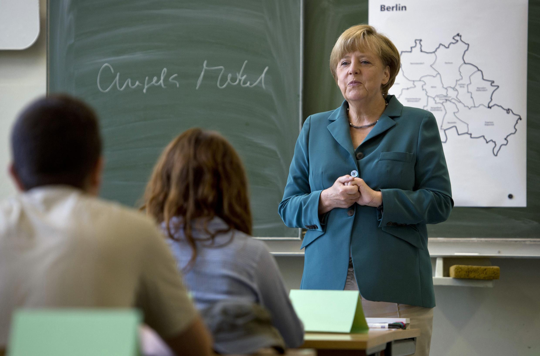 Ангела Меркель в образе школьной учительницы, Берлин, 13 августа 2013