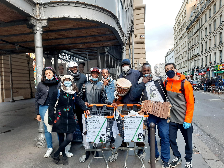 L'équipe de la cantine solidaire ParisVibes après une maraude et la distribution d'une centaine de repas dans Paris. Toujours dans la bonne humeur, les bénévoles agissent en musique.