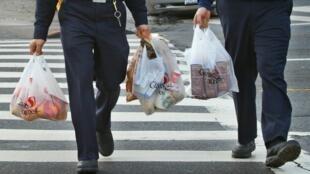 100 milliards de sacs en plastique, utilisés et presque aussitôt jetés chaque année en Europe.
