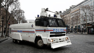 Le char de la Police nationale positionné sur les Champs-Elysées .