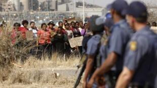 南非警方面对矿区妇女示威