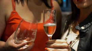 Taça de vinho diária não é benéfica para a saúde, de acordo com estudo
