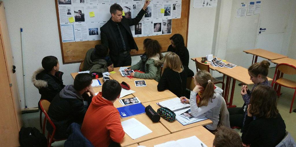 Le professeur Ronan Cherel dans sa salle de classe.