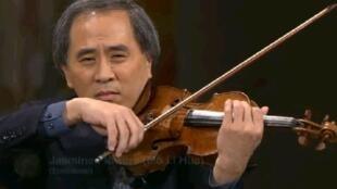 著名小提琴演奏家張文鈞在諾貝爾和平獎頒獎儀式上演奏。