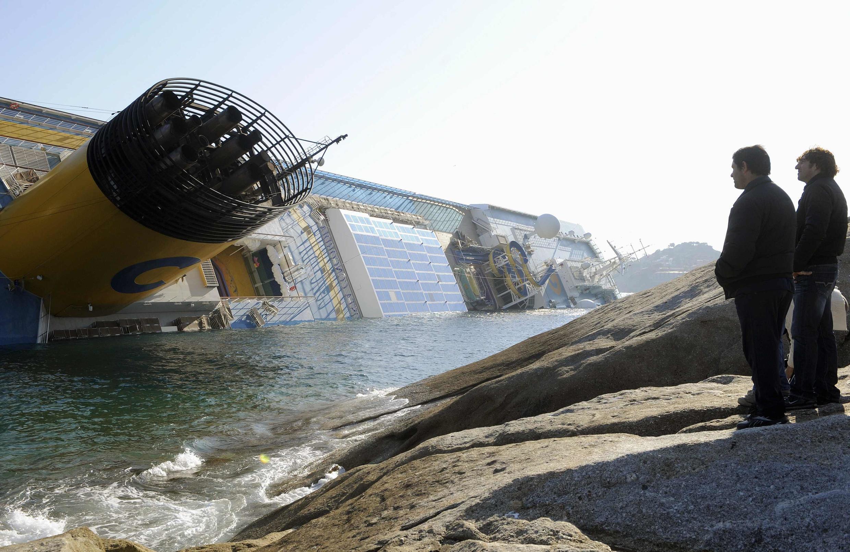 A proximidade do litoral já é apontada como uma das possíveis causas do naufrágio do navio da Costa Cruzeiros.