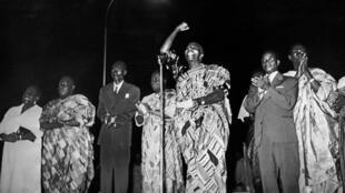 27 avril 1960. Sylvanus Olympio (au centre) proclame l'indépendance du Togo et en devient le premier président de la République.