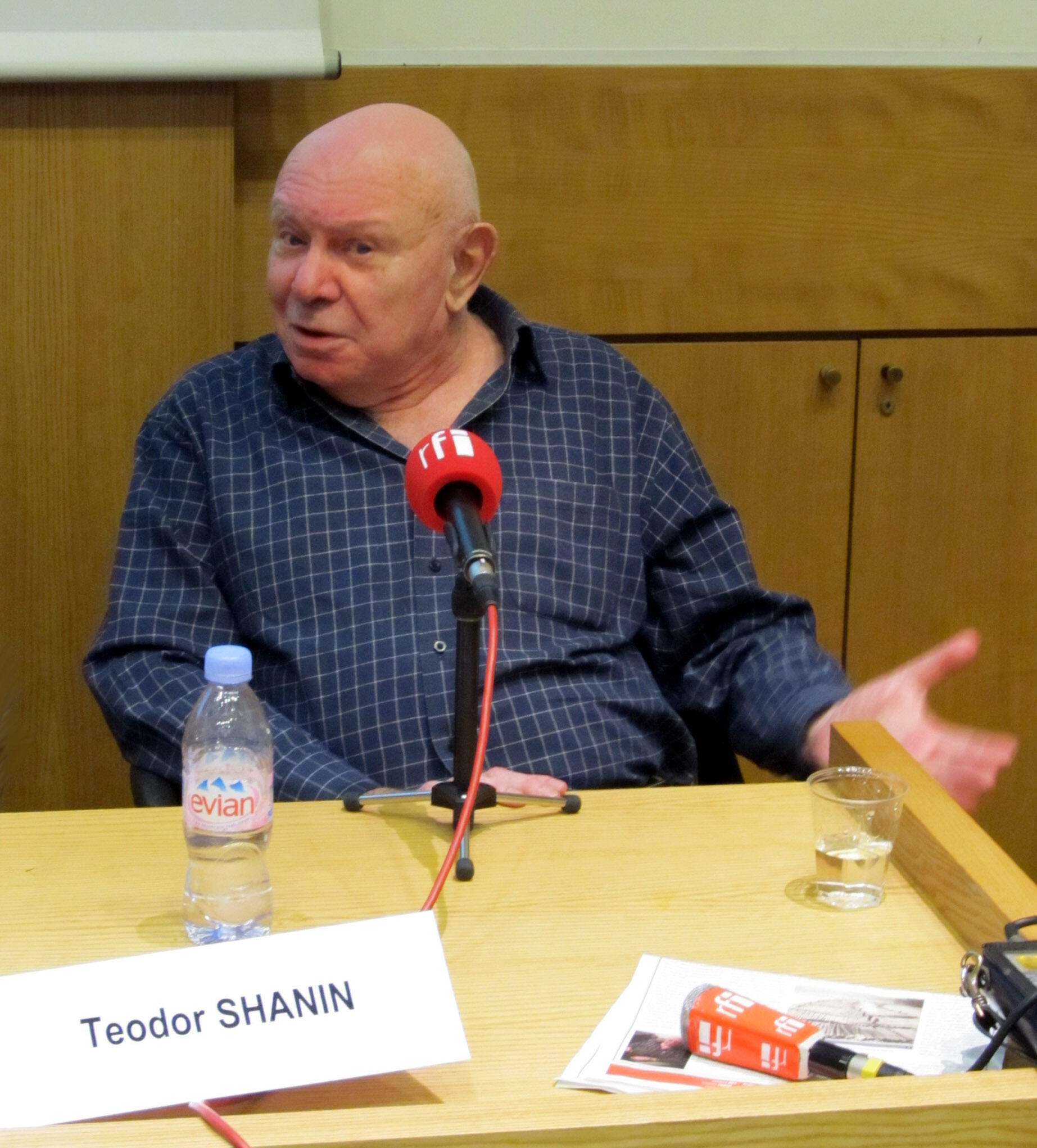 Теодор Шанин на пресс-конференции в Париже. 11 марта 2011 г.