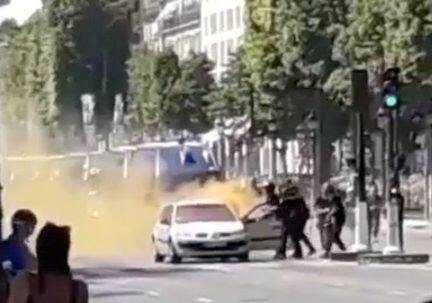 Cảnh sát phun thuốc chống cháy và lôi hung thủ ra khỏi xe hơi trên đại lộ Champs Elysées, Paris, Pháp, ngày 19/06/2017
