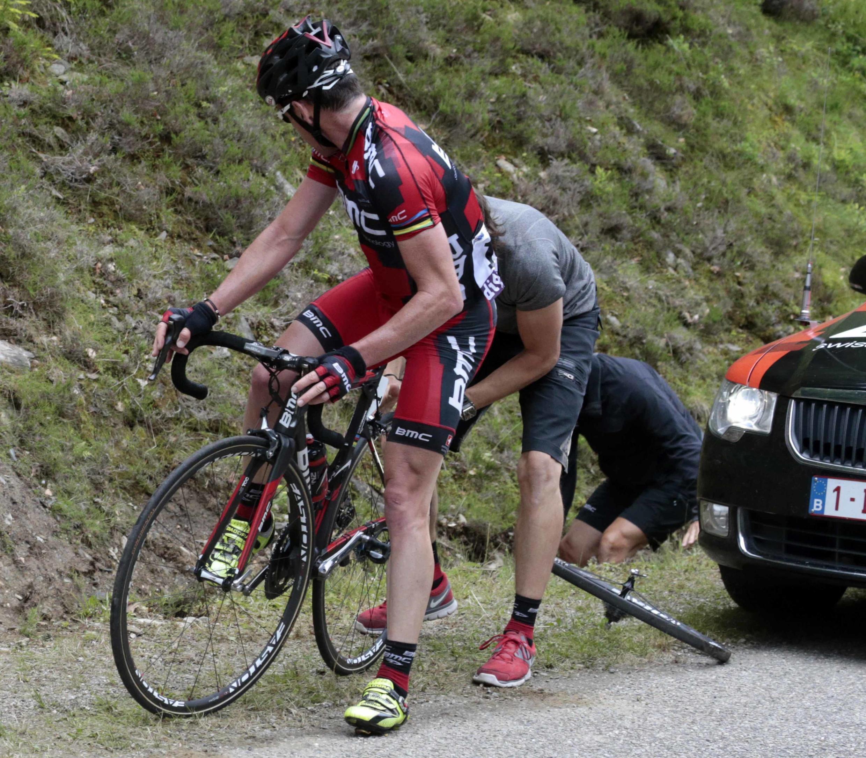 O australiano Cadel Evans obrigado a trocar os pneus na 14° volta do Tour de France, neste domingo (15).
