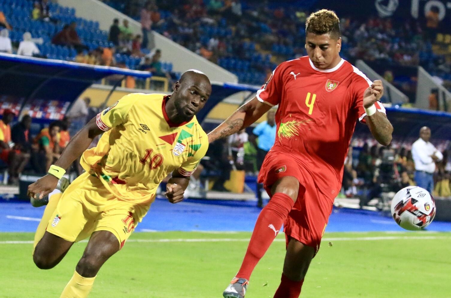 Le Béninois Mickaël Poté (à gauche) face à la Guinée Bissau, au premier tour de la CAN 2019.
