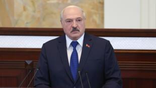 El presidente Alexander Lukashenko habla durante una reunión con parlamentarios y otras autoridades públicas el 26 de ayo de 2021 en Minsk