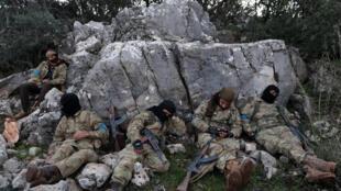 Turcos cercam Afrin