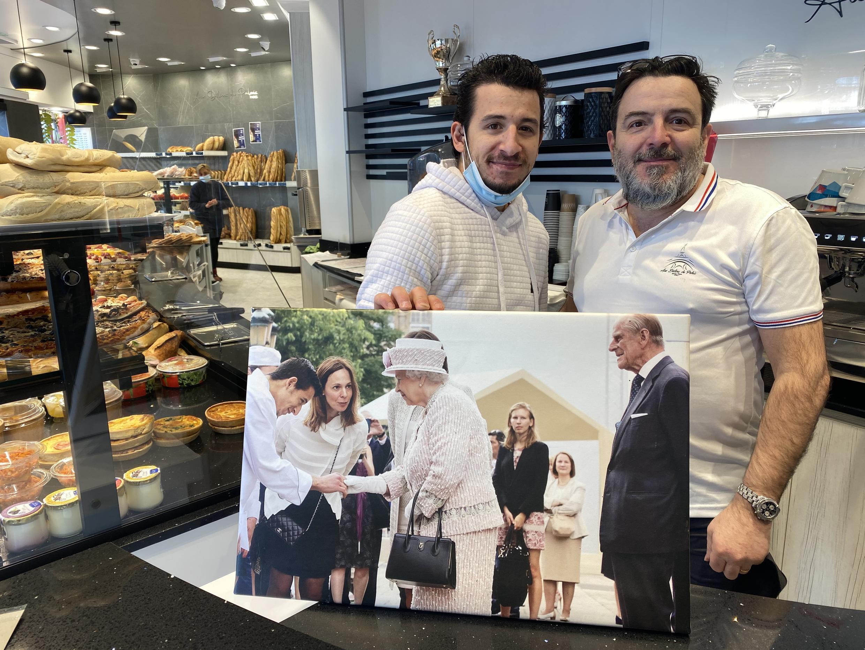 Anthony Teixeira mostra a fotografia na qual cumprimenta a Rainha de Inglaterra.