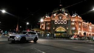 Depuis le 2 août, Melbourne est soumis à un régime de couvre-feu entre 20h et 5h du matin, une mesure qui restera en vigueur jusqu'au 13 septembre. Pour endiguer la progression du virus, les autorités imposent également la fermeture des magasins non-essent