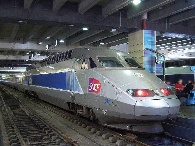Высокоскоростной поезд TGV компании Alstom на парижском вокзале Монпарнас