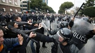 Người ủng hộ đảng Xã hội đụng độ với cảnh sát tại thủ đô Tirana ngày 21/1/2011.