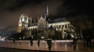 Fotografia tomada en 2006 en Paris ode la catedral Notre-Dame antes de la inauguracion de su nueva iluminacion.