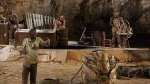 """Cena de """"Shéda"""", peça do diretor africano Dieudonné Niangouna, em cartaz no Festival de Avignon, no sul da França."""