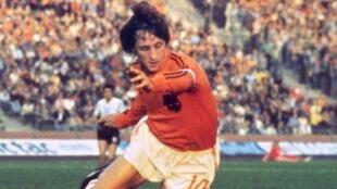 Mholanzi Johan Cruyff katika mechi ya Kombe la Dunia mwaka 1974 dhidi ya Argentine.