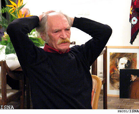 محمود دولتآبادی، در خانهاش در تهران، خرداد ۱۳۸۳