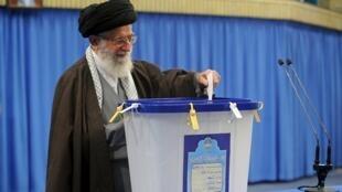 O Guia Supremo iraniano Ayatollah Ali Khamene ao votar em Teerão a 26 de Fevereiro de 2016