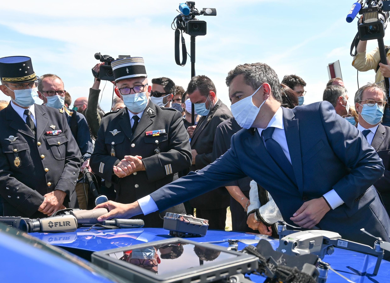 Bộ trưởng Nội Vụ Pháp Gérald Darmanin đến thành phố Calais ngày 12/07/2020. Calais là cửa ngõ của những di dân muốn vượt biển để nhập cư trái phép vào Anh Quốc.