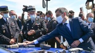 Le ministre de l'Intérieur Gérald Darmanin lors de sa visite à Calais le 12 juillet 2020.