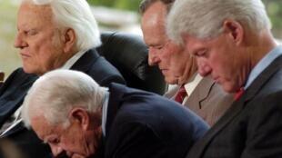 美国著名福音派传道人葛培理(左一)逝世。
