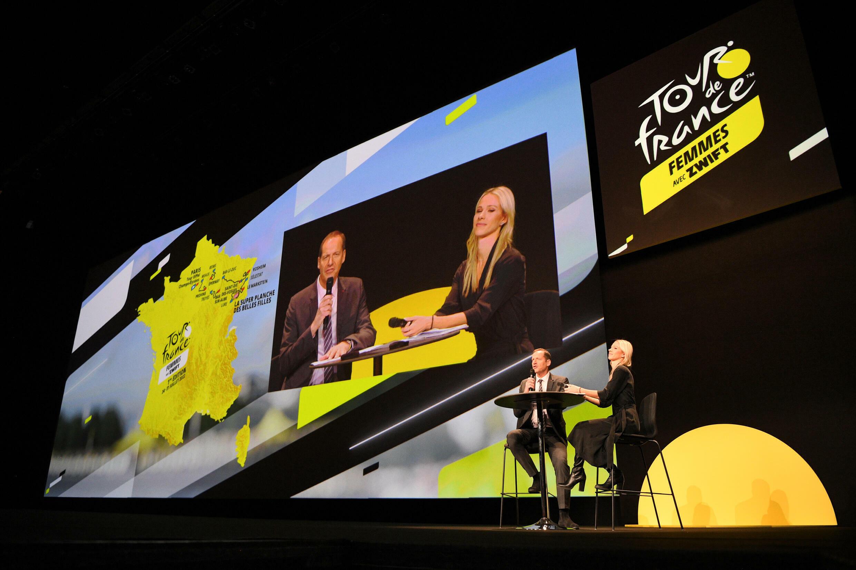 Christian Prudhomme, director del Tour de Francia, habla junto a la ciclista Marion Rousse durante la presentación oficial de la primera edición de la prueba femenina, el 14 de octubre de 2021 en París