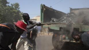 Ce samedi 1er novembre, à Ouagadougou, les agents municipaux aidés par la population, procèdent au nettoyage des rues.