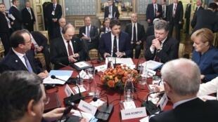 Los mandatarios François Hollande, Vladimir Putin, Matteo Renzi, Petro Poroshenko y Angela Merkel durante una reunión en Milán, Italia, este 17 de octubre.