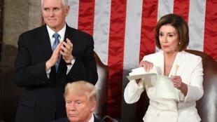 Presidente da Câmara dos Representantes, Nancy Pelosi, a rasgar cópia do discurso do Presidente norte-americano, Donald Trump. 4 de Fevereiro de 2020.