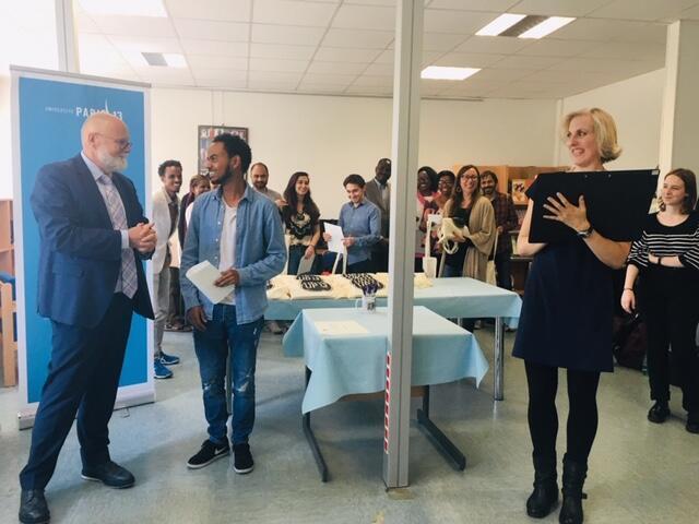 Ông Alain Régnier, đại diện cơ quan liên bộ phụ trách công tác đón nhận người tị nạn và giúp người tị nạn hòa nhập vào cuộc sống tại Pháp, trao bằng cho các học viên, ngày 14/06/2019.