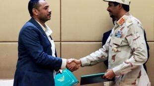 Le leader de la coalition d'opposition Ahmad al-Rabiah et le chef du conseil militaire de transition Mohamed Hamdan Dagalo, lors de la cérémonie de signature à Khartoum, le 4 août.
