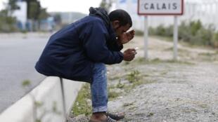 Em Calais, os migrantes não são sempre bem recebidos pela população.