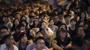 香港佔中學生在街頭觀看對話直播
