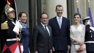 Le roi d'Espagne Felipe VI et sa femme Letizia sur le perron de l'Élysée avec le président François Hollande et la ministre de l'Écologie Ségolène Royal, le 2 juin 2015.