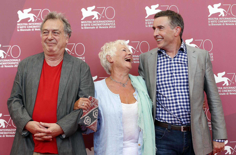 """O diretor Stephen Frears (à esq.) posa com os atores Judi Dench e Steve Coogan, protagonistas de """"Philomena"""", neste sábado, 31 de agosto de 2013, em Veneza."""