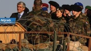 Le ministre français de la Défense Hervé Morin et des troupes françaises à Nijrab, en Afghanistan, le 31 décembre 2009.