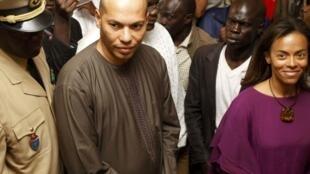 Karim et Sindiely Wade dans un bureau de vote, le 26 février 2012, Dakar.