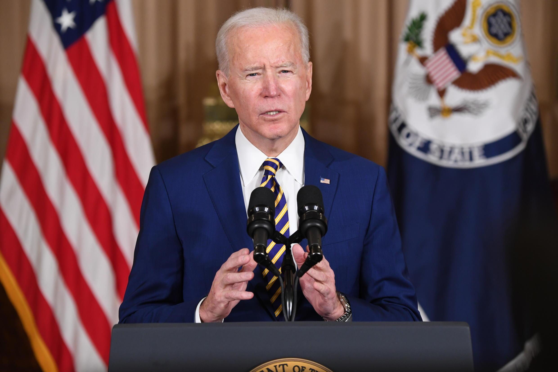 El presidente de EEUU Joe Biden habla en el departamento de Estado en Washington el 4 de febrero de 2021