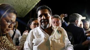 Phó chủ tịch Quốc Hội Venezuela, Edgar Zambrano (G) được người ủng hộ đón khi ra khỏi nhà tù Caracas, Venezuela, ngày 17/09/2019.